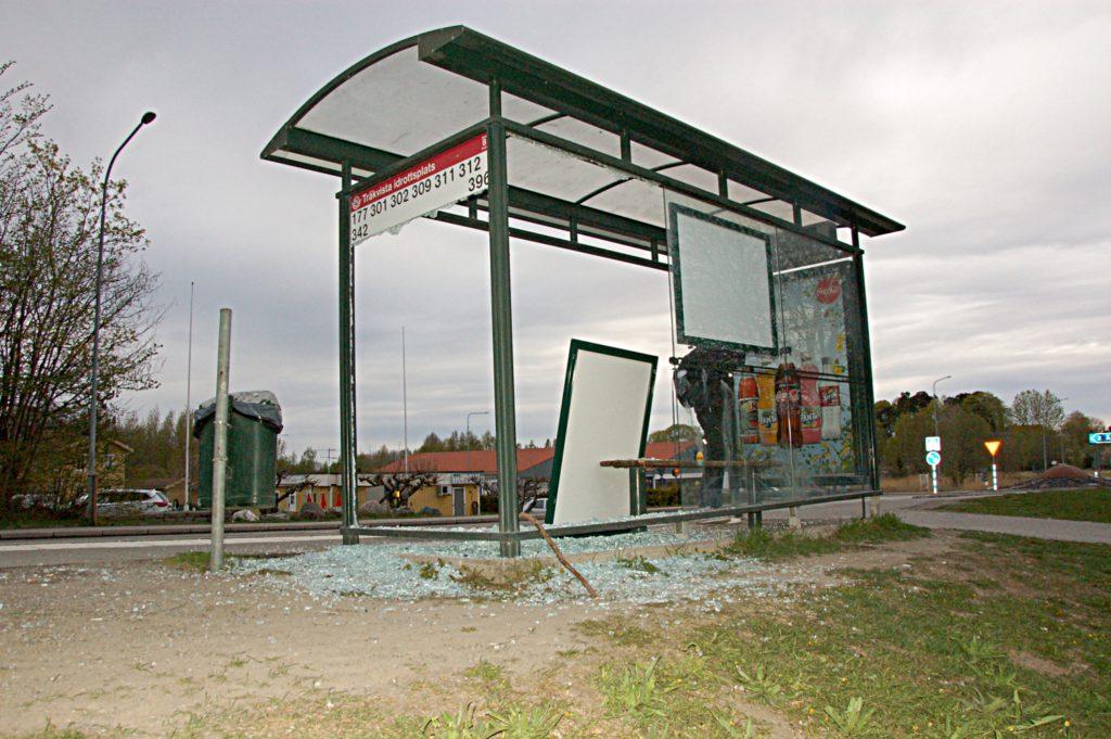 Krossade busskurer för 150 000 kronor