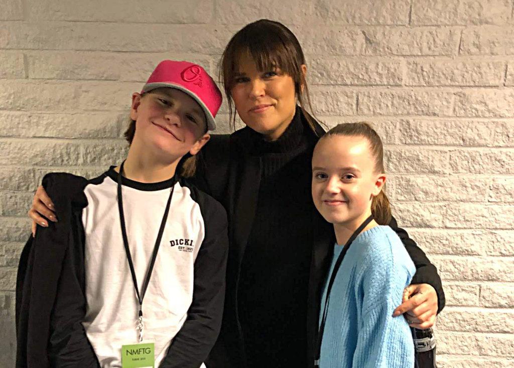 Lucas turnerar med Mia Skäringer