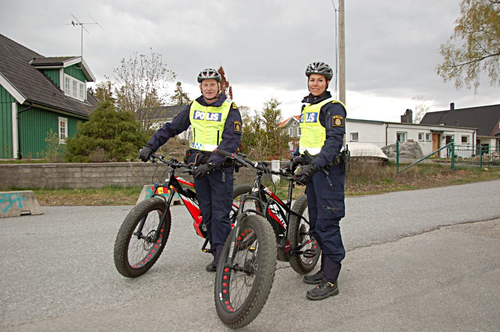 De söker kontakt på cykel